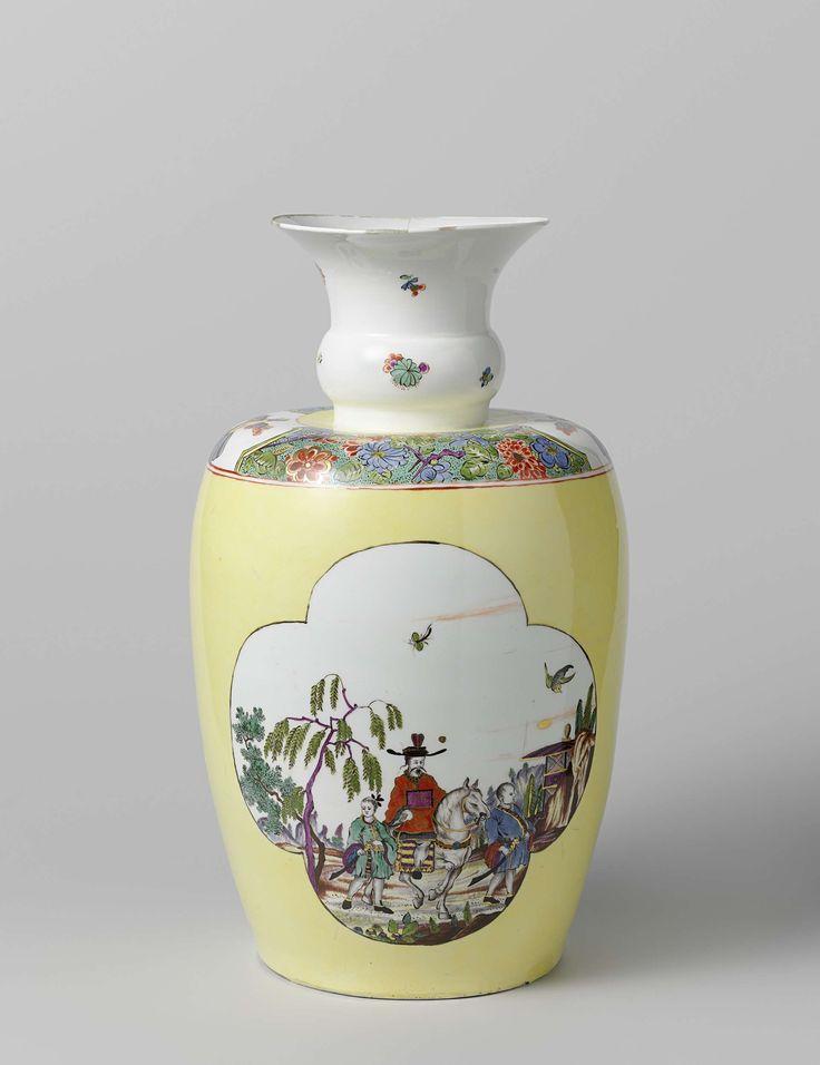 Meissener Porzellan Manufaktur   Vase, Meissener Porzellan Manufaktur, Johann Christoph Leibnitz, Pieter Schenk (II), c. 1730 - c. 1735   Vaas van beschilderd porselein. De vaas is bijna geheel bedekt emet een gele fond waarin twee uitgespaarde vierpassen. In de ene vierpas is een chinese man te paard met naast zich twee gewapende dienaren in een landschap met links twee bomen en rechts een huis op rotsen geschilderd, in de andere vierpas een huis aan het water met drie chinese figuren. Op…