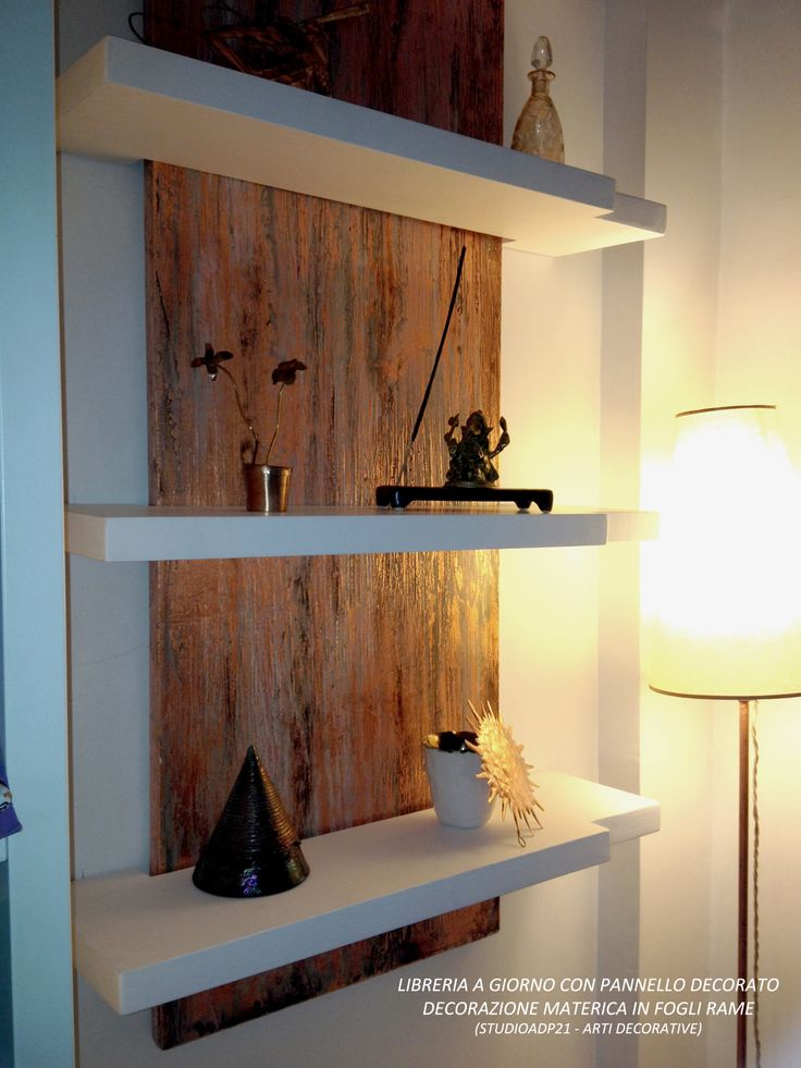 WWW.STUDIOADP21.IT Arti Decorative. LIBRERIA A GIORNO. PANNELLO DECORATIVO IN RAME DA SFONDO ALLE MENSOLE SOSPESE (BOOKCASE. PANEL DECORATIVE IN COPPER, FOR THE BACKGROUND HANGING SHELVES)
