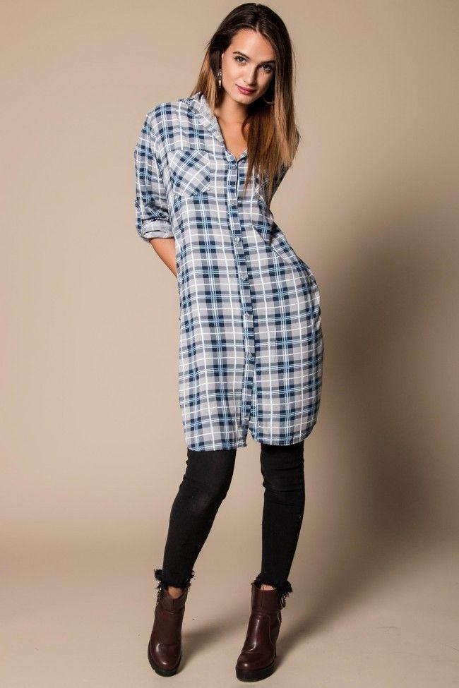 Plaid Shirtdress in Bleu Καρό πουκαμίσα σε μπλε, γκρι και λευκή απόχρωση. Ανοίγματα στο πλάι. Τα μανίκια αυξομειώνονται. Άνετη γραμμή, one size. Η Έλενα έχει ύψος 1,74.  Σύνθεση: 100% Viscose