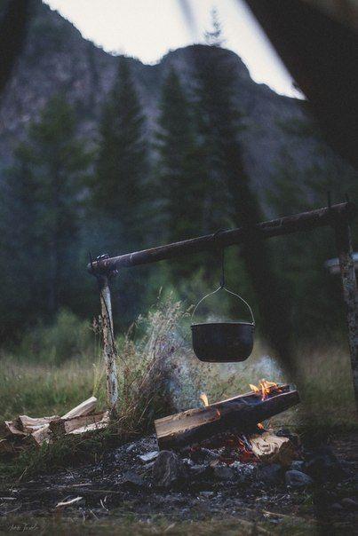 L'été arrive et je vous avoue que j'ai vraiment hâte à mon premier camping de la saison. Pour vous mettre l'eau à la bouche, j'ai fait une petite recherche de 40 photos inspirantes de camping. Monter sa tente, faire un feu, profiter de la tranquillité avec des proches et sortir la guitare (ou le banjo), …