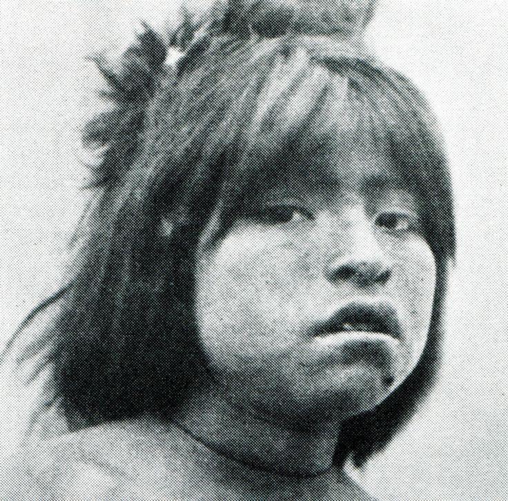 """Niña alacalufe. Fotografía de Martín Gusinde. 1920 aprox. En: """"Los indios de Tierra del Fuego: los Halakwulup"""""""". Martín Gusinde. Editorial C.A.E.A .1986."""