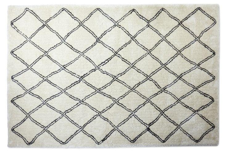 Mjuk och slitstark matta i polyester med ett livfullt rutigt mönster. Trådarna i mattan varierar i nyans och lyster som ger mattan liv och ger rummet en trivsam och behaglig känsla. För att mattan ska hålla sig fin länge, rekommenderar vi endast fackmässig plantvätt. Köp gärna till ett mattunderlägg som gör att mattan ligger säkert på plats.
