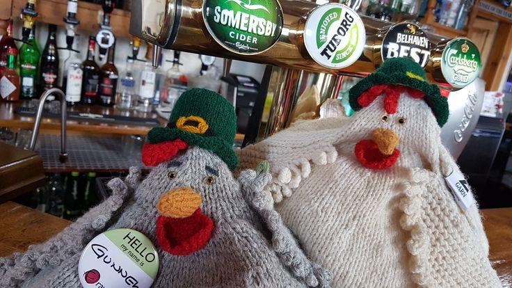 Hönorna Gunnel & Agda hänger på en bar i Loch Ness, Skottland.  St Patrick´s Day var det den dagen.  Följ dem på bloggen.  Zgarn.se/blogg Knit-kit till hönorna hittar du här: http://zgarn.se/butik/monster/monster-betal/monster-agda-fyllehona/