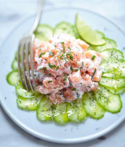 Cette recette ultra fraîche est idéale en cas de grosse chaleur : carpaccio de concombre, tartare de saumon au fromage blanc. Un plat rapide et délicieux!