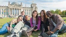 www.dw.de        die sechs Kandidaten von Ticket nach Berlin sitzen auf einer Wiese vor dem Bundestag