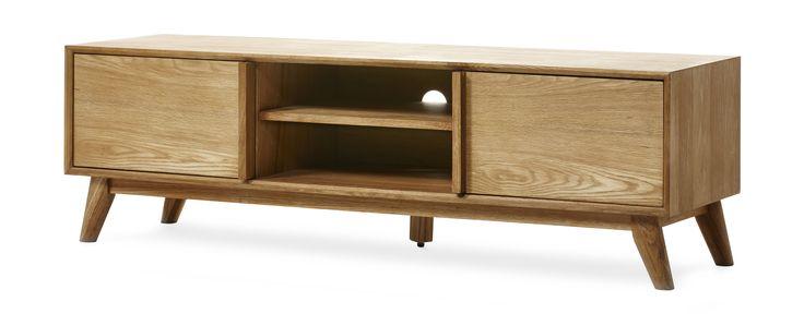 Retro TV-bänk i lättskött material. Bänken har två skjutdörrar och hylla emellan för både öppen och stängd förvaring. Skjutdörrar spar plats och gör att TV-bänken även passar i små utrymmen. Köp gärna till soffbord och matplatsmöbler i samma serie. TV-bänken kommer monterad.