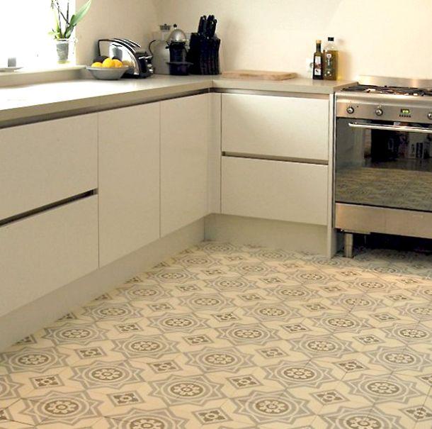 strak ontmoet retro! moderne keuken gecombineerd met oude tegels