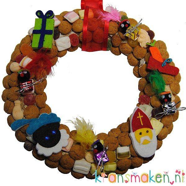 Sinterklaaskrans met pepernoten en lieve vilten figuurtjes en zwarte pietjes op kleine kadootjes. Sint zal je zeker niet vergeten dit jaar als deze krans op je voordeur hangt! De onderdelen vind je op de website van kransmaken.