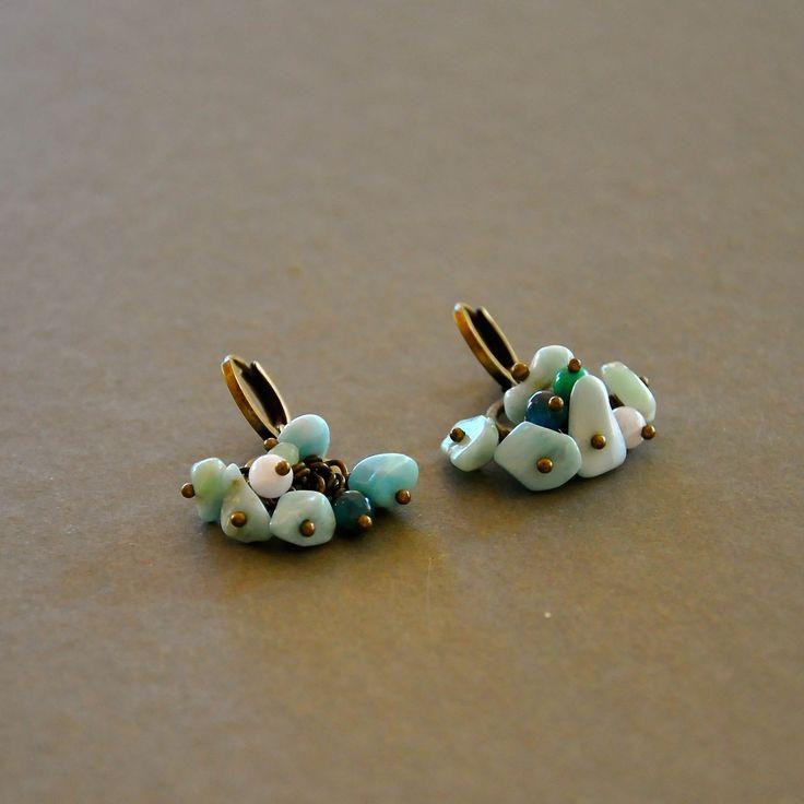 """Boucles d'oreilles fantaisies pierres fines montées en grappe sur dormeuses bronzes : Modèle """"Shari"""" : Boucles d'oreille par kanakeis"""