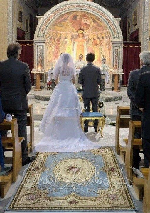 Eleganti allestimenti in chiesa che rievocano atmosfere regali e settecentesche.
