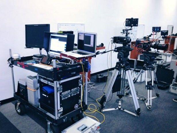DIT, Digital Imaging Technician, yani Sayısal Görüntü Teknisyeni olarak geçer. Sinema endüstrisinde kamera departmanının bir üyesi olan DIT, Görüntü Yönetmeni ile birlikte çalışarak iş akışı, sistemizasyon, kamera ayarları,   #dit nedir #film ekipmanları #kamera kiralama #kiralık kamera