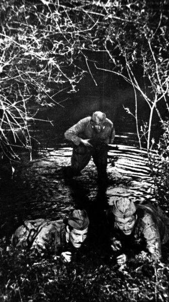 Просто интересно...  10 мая 1978 года стартовали съемки картины «Место встречи изменить нельзя». Фильм должен был начинаться с фронтового эпизода, где Шарапов и Левченко выносят из боя раненого языка. В роли языка – старший сын Марины Влади.  Дубль за дублем промокшие актеры лезли в ледяную воду. После съемок Володя заметил у Павлова на спине следы от банок-он только что перенес воспаление легких и вышел из больницы. Но героический пролог в картину не вошел, из-за этой сцены исчезала интрига…