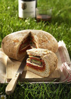Picknickbrot: Gefüllt mit vielen guten Dingen, wie Gurken, Käse, gegrillter Paprika und Salami.
