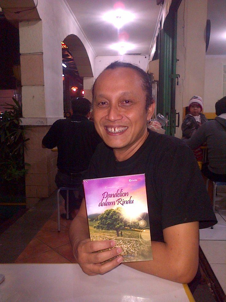 Ari Moreno di Bandung bersama bukuku DdR