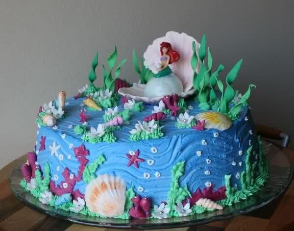torta tema sirenetta per la mia bimba un bel po d anni fa, ricoperta con panna e decorata con decori in pasta di zucchero come la conchiglia  che contiene la sirenetta comprata