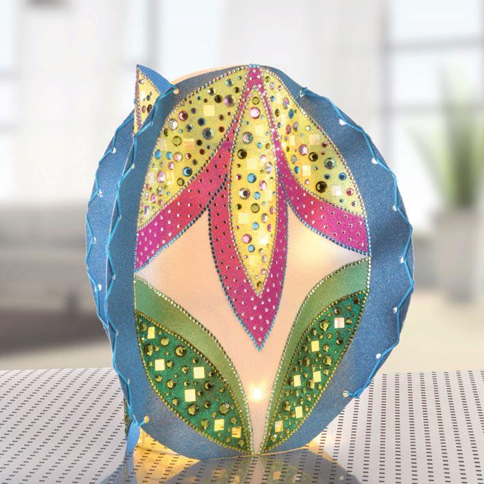 """Bunte Lampe (Idee mit Anleitung – Klick auf """"Besuchen""""!) - Dieses einzigartige, bunte Lichtobjekt macht Eindruck: Ob als glitzerndes Partylicht auf der Sommerparty oder als gemütliches Stimmungslicht in der kalten Jahreszeit. Es eignet sich auch hervorragend als hübsche Geschenkidee und ist ganz leicht zu basteln."""