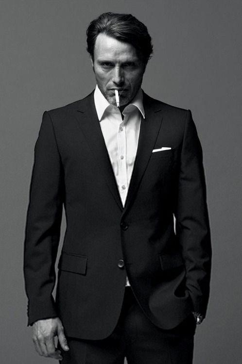 #RauchSmart ☝️ Der Schräge Winkel der Zigarette zusammen mit der Linienführung und Flächen des Anzugs dienen einem einzigen Zweck: Während alle Augen auf der Zigarettenspitze beharrlich verweilen, entsteht der falsche Eindruck, er würde auf den Boden schauen... Seine Blicke verschwinden unscharf, werden non-existent...  Ausserdem weiss jeder der so raucht wie es ist cool zu rauchen