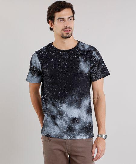 Camiseta masculina confeccionada em malha de algodão. O destaque do modelo  é a estampa de 49950986cf1