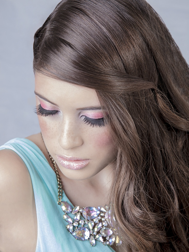 mint dress; beautifull statement necklace which reminds me of a rainbow; pink glitter lips; pink smokey eyes; braided curly hair