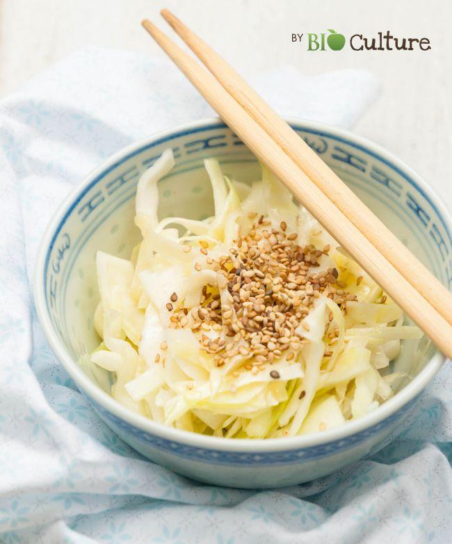 Salade de chou blanc à la japonaise.      1 demi chou blanc     6 CS de vinaigre de cidre     2 CS de sucre de canne blond     1 cc de sel     2 CS d'huile de sésame     1 noisette de wasabi     1 CS de graines de sésame