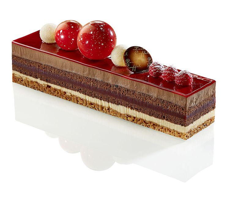 Las-Vegas - Biscuit chocolat, mousse chocolat noir pur Venezuela 70 %, crème diplomate à la vanille Bourbon de Madagascar, coulis framboise et croustillant aux amandes effilées