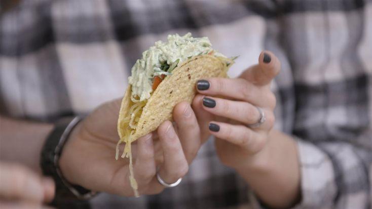 Tacos à la courge spaghetti, aux lentilles et au guacamole crémeux   Trois fois par jour   ICI Tou.tv (Véro.tv)