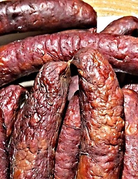 Klobásky připravené z proleželého libového hovězího zadního masa, čerstvé vepřové plece bez kůže, bůčku bez kůže, hovězího vývaru, česneku a koření, natlačené do sdíraných vepřových střev, potom vyuzené.