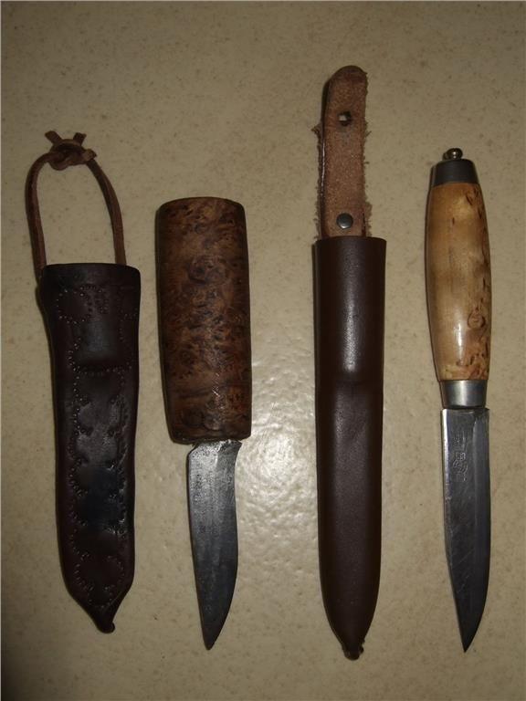 Den ena med mörkt masurskaft kommer från en fjällby i Arjeplog. Den andra med ljust skaft har en stämpel på knivblad. Kniven med mörkt skaft är 17,5 cm lång. Den andra kniven är 21 cm lång.