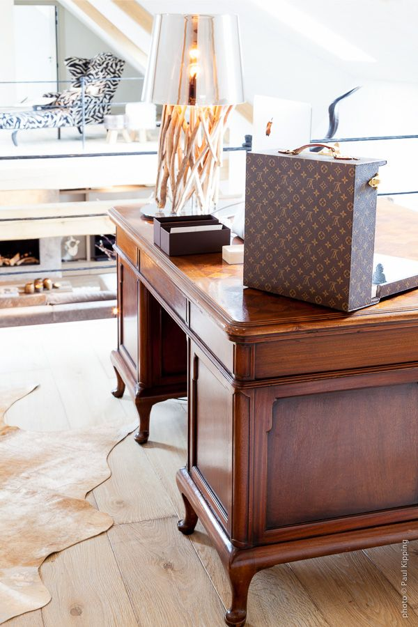 Lois Vuitton koffer op antiek bureau | Creative Minds International
