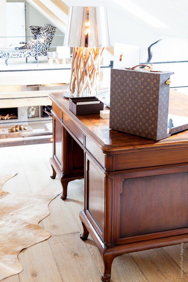 Lois Vuitton koffer op antiek bureau | Creative Minds International