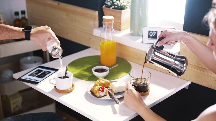Zajednički život s voljenom osobom idealno je započeti u malenoj, kreativno uređenoj oazi. Tako svako jutro može započeti radosnim ritualima uz ukusan doručak, kavu i dnevne novosti. NORBERG zidni preklopni stol savršen je upravo za dvoje, rasklapa se u trenu, a stane i u najmanju kuhinju. :) www.IKEA.hr/NORBERG_zidni_preklopni_stol