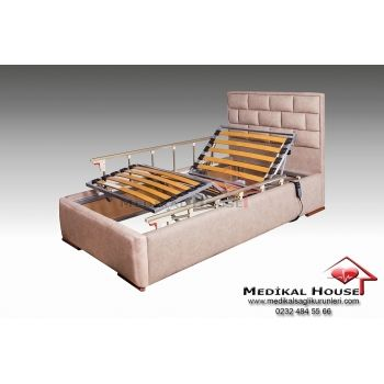 Petek Ev Tipi Özel Oda Hasta Karyolası (2 Motorlu - Kumandalı) Yatak platformu lata olarak bilinen 150 kg. taşıma kapasiteli esnek ve sağlam yapıdaki ahşap  sütunlar ile üzerine koyulacak hasta yatağının hava geçirgenliği ön planda tutulmuştur.  Petek 2 motorlu elektrikli hasta karyolası kumanda yardımı ile sırt ve ayak kısmı hareketlerini kolayca gerçekleştirmenize olanak sağlar. http://evtipihastakaryolasi.com/ev-tipi-hasta-karyolasi/petek-ev-tipi-hasta-karyolasi-145