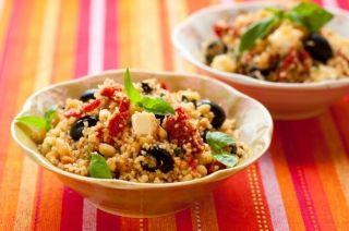 Salade de couscous aux olives, poivrons rôtis et noix de pin #recettesduqc #salade #legumineuse