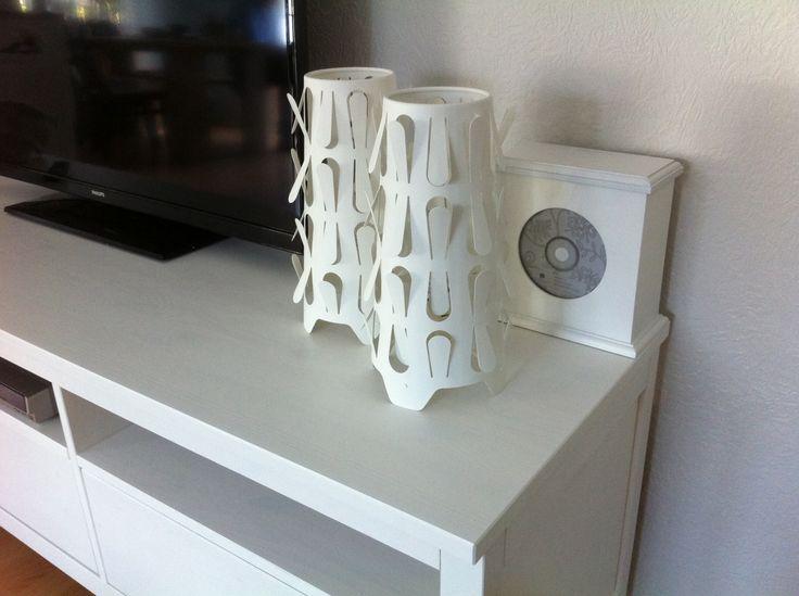 Combinatie van Riverdale (alle dvds in een kleine sierlijke box) en Ikealampen. Persoonlijke touch in ons chalet in Markelo. Www.chaletmarkelo.nl