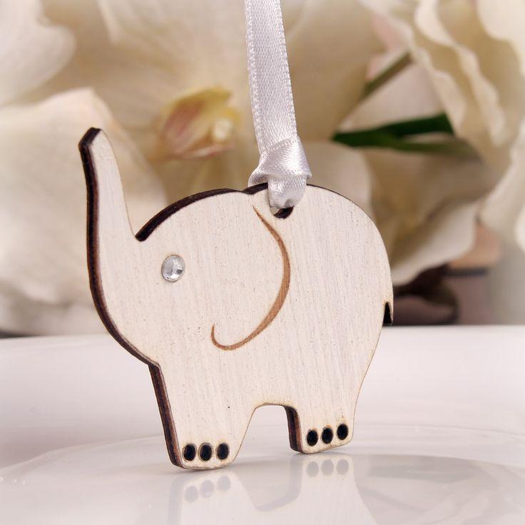 Niepowtarzalne weselne zawieszki - słoniki  na szczęście wykonane z drewna.  Posiadają cyrkonię. To wyjątkowa pamiątka, która sprawi że goście długo będa wspominać Państwa wesele.