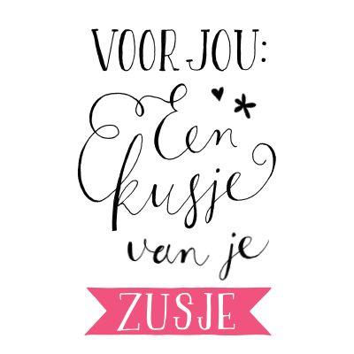 Handgetekende ansichtkaart met de illustratie 'Voor jou: een kusje van je zusje'. VrolijkFabriek.nl