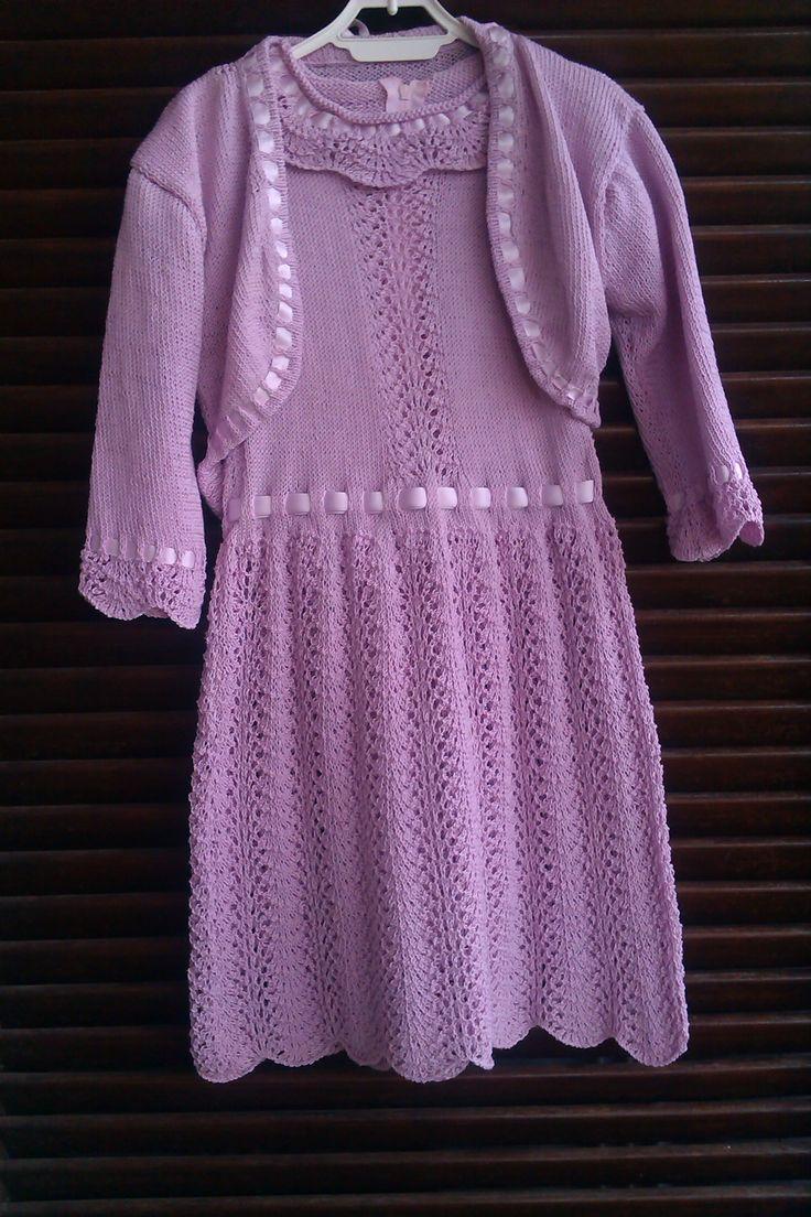Set vestito e giacchetto per bambina realizzato in cotone. Lavorazione a maglia. Knit.