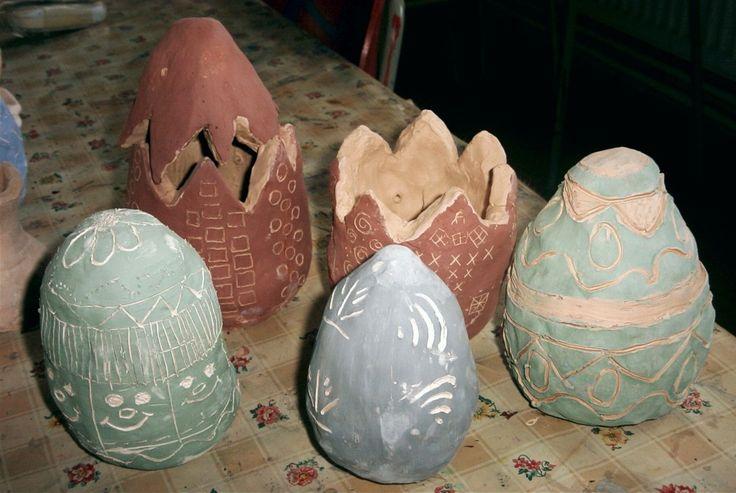 Keramická vajíčka zdobená engobou. Práce dětí našeho výtvarného kroužku.