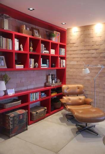 Cereja do bolo: estante em laca vermelha e tijolinhos levam aconchego ao projeto ambientado numa sala de estar Foto: Divulgação