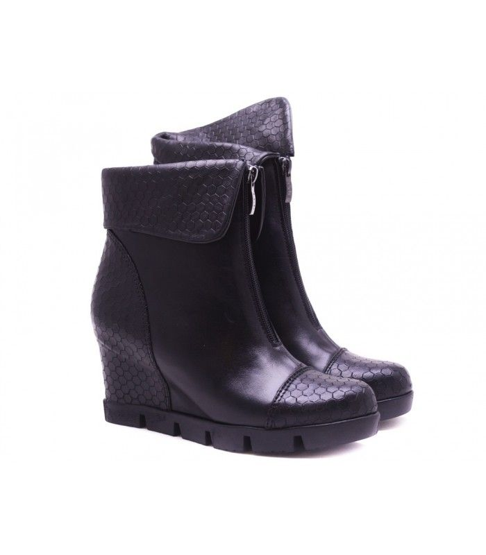 LEATHER BOOTS DESIGNER LOU THE ZIPPER AT THE FRONT GIVE A DIFFERENT LOOK COMBINATION OF LEATHERAND TEXTURED LEATHER.