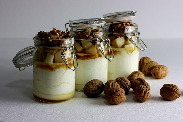 Griechischer Joghurt mit Ahornsirup, Birne und karamellisierten Walnüssen / http://piasdeli.de/Rezept/griechischer-joghurt-mit-ahornsirup-birne-und-karamellisierten-walnuessen/