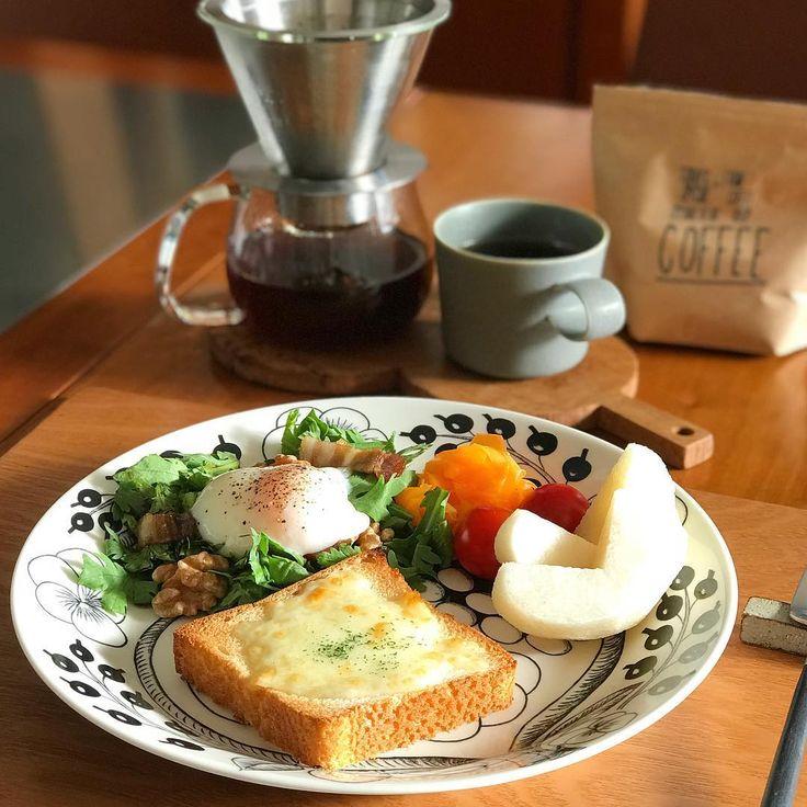 2017/12/18 月曜日の朝ごはん。 #玄米パン の#チーズトースト、 またまた#温玉 のせ#春菊サラダ、 今度は#バルサミコ酢 でドレッシングをつくりました。 #Oisix #たつやのにんじん で作った はちみつレモンラペ、 プチトマトに、#南水。 ✳︎ ✳︎ ✳︎ 本日のコーヒーは、 #トゥデイズスペシャル で手に入れた #芦屋エビアンコーヒーショップ のブレンド。 おいしいです♡ ✳︎ ✳︎ ✳︎ 息子の幼稚園が冬休みに突入したので、 あーでもないこーでもないと話しながら、 ゆっくり朝食をいただいています。 息子ももうすぐ4歳(早い…)。 2人で口癖のように、 「大人になったら一緒にコーヒー飲みに行こうね」 と話していますが、 果たして…その時行ってくれるかしら…笑 ✳︎ ✳︎ ✳︎ #ワンプレート のお皿は#ブラックパラティッシ #ドリップコーヒー は#KINTO マグは#イイホシユミコ #カトラリーレスト は#岩崎晴彦