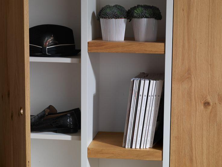 Struttura in legno laccato bianco con ripiani registrabili. Anta in legno rovere nodato spazzolato, finitura opaca, essenza al grezzo.