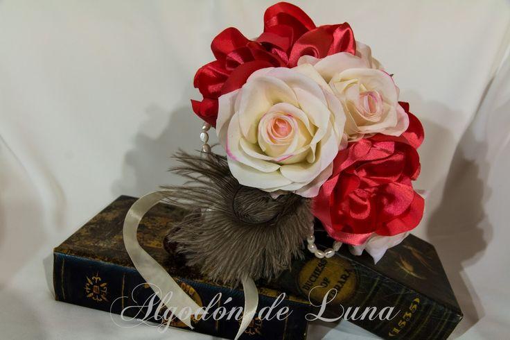 Ramo vintage,.Plumas y tonos rosados alegres, perlas, botones, Entre Rosados fuertes y rosas, entre flores empolvadas de tela. Elegancia con un toque sofisticado, pero alegre y coqueto.Por Siempre Jamás algodondeluna@gmail.com 34606619349
