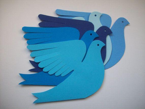 Cinque uccelli di carta cartoncino dolce nei toni del blu per attaccare ad una parete o appendere come un cellulare. Grandi ali di piuma-taglio, affrontare il profilo con occhio perforato e coda biforcuta.  Ogni uccello è tagliato dal cartoncino raddoppiato così le ali diffuse verso lesterno durante il volo. Piegare le ali come che piace a te. Ogni uccello misura circa 5,5 x 4 pollici. La gamma di blues da blu scuro a baby blue. Per appendere USA stringa di leggera, stretta nastro o filo da…