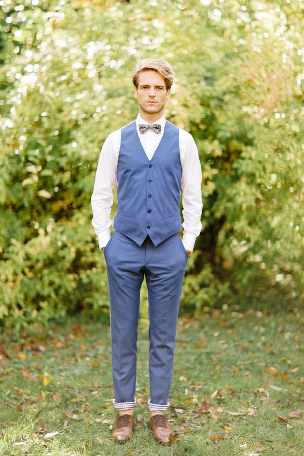 nice groom style from Xavier Navarro - Shooting inspiration - Mariage rustic rouge, bleu, jaune - La mariée aux pieds nus