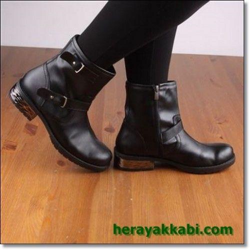 Kışlık bayan bot modellerinde 2015 sezonunda her gün farklı tasarımlardaki botlara rastlıyorum. Düz klasik botlar gitmiş, yerlerine incikli boncuklu, bol süslemeli, bir o kadarda şık ve zarif botlar gelmiş. 2015 Topuklu bayan bot modellerine yer verelim dedik bu günde sitemizde. İnce topuk markalı kışlık ve sonbaharlık botların bazıları karda giyilebilecek kalınlık ve yapıda. Bazıları ise ayakları ısıtmaktan çok şık görünmek için giyilebilecek türden. Üstü ve burnu açık görünüşü bot ama ...