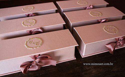Lembrancinha Madrinhas: caixas nude com bordado dourado.