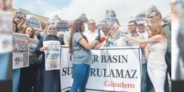 Özgür Gündem yerine Özgürlükçü Demokrasi: Özgür Gündemin geçici olarak kapatılması Yayın Danışma Kurulu üyesi ve yazarı Aslı Erdoğan Genel Yayın Yönetmeni Zana Bilir Kaya Yazıişleri Müdürü İnan Kızılkayanın tutuklanmasının ardından Özgür Gazeteciler Cemiyetine bağlı gazeteciler yeni gazete kurdu.