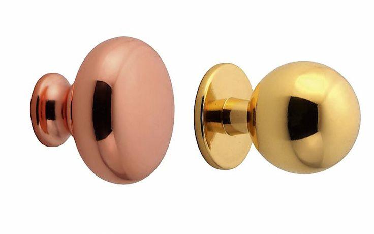 Hos Stilbeslag.se kan du hitta de flesta knoppar och handtag för ditt badrum. Den plattare knoppen i koppar kostar 39 kr och den runda i mässing 79 kr.